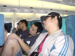 飛行機内でお疲れモード